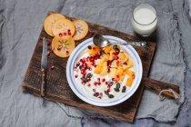 Блюдо натуральний йогурт, який, граната, мигдаль і гарбузового насіння — стокове фото