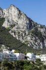 Fila di Italia, Capri, di case, viadotto in background — Foto stock