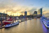 Germania, Porto all'alba, con Elbphilharmonie e Hanseatic Trade Center sullo sfondo — Foto stock