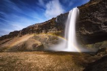 Arc-en-ciel sur seljalandsfoss vue cascade — Photo de stock