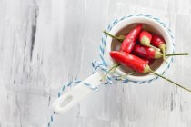 Крупним планом подання стручка червоного чилі в миску з рядка — стокове фото