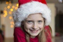 Portrait de jeune fille souriante avec Bonnet de Noël — Photo de stock