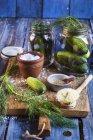Салфетки, бродившие укропом, солью и горчичным зерном — стоковое фото