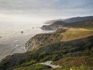 США, Калифорния, Тихоокеанского побережья, Big Sur, береговая линия с Биксби мост на закате — стоковое фото