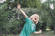 Piccolo ragazzo giocare all'aperto — Foto stock