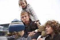 Glückliche Familie, Vater ausgehen mit Kindern — Stockfoto