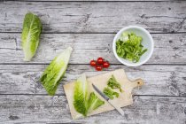 Partly chopped romaine lettuce and tomatoes — Stock Photo