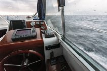 Lenkrad und Navigationssystem auf Fischerboot, Asturien, Spanien — Stockfoto