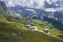 Italia, Dolomiti, catena montuosa Odle, gli escursionisti diretti a uno chalet — Foto stock