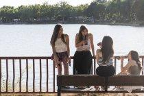 Четверо друзей вместе отдохнуть на солнце, пить пиво — стоковое фото