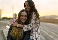 Zwei glückliche Freundinnen Spaß zusammen — Stockfoto