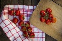 Tomates sur planche à découper — Photo de stock