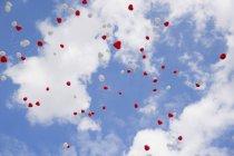 Globos en forma de corazón en el cielo en el día de la boda - foto de stock