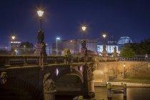 Alemania, Berlín, histórico puente y Reichstag en la noche - foto de stock