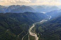 Германия, Бавария, птичьего Sylvenstein хранения озеро и Альпы — стоковое фото