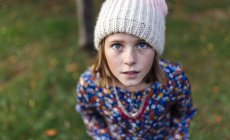 Портрет девушки в шерстяной кепке, смотрящей вверх — стоковое фото