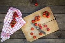 Halved and whole tomatoes — Stock Photo