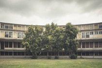 Villa Olímpica de Alemania, Elstal, decaerse bloque concreto de la torre - foto de stock