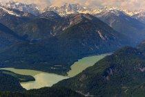 Аэрофотоснимок Sylvenstein хранения озеро и Альпы, Бавария, Германия — стоковое фото