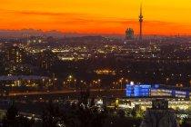 Vista aerea del paesaggio urbano al tramonto con le Alpi sullo sfondo Monaco di Baviera, Baviera, Germania — Foto stock