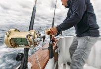 Fischer auf Fischerboot beim Einstellen der Angelruten auf dem kantabrischen Meer, Asturien, Spanien — Stockfoto