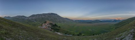 Italy, Umbria, Monti SIbillini National Park, the small town of Castelluccio di Norcia and the Vettore mountain  at sunset — Stock Photo