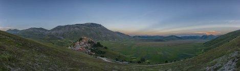 Italien, Umbrien, Nationalpark Monti Sibillini, der kleinen Stadt von Castelluccio di Norcia und Vettore Berg bei Sonnenuntergang — Stockfoto