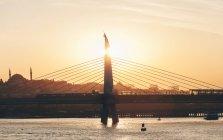 Turchia, Istanbul, Corno d'Oro, Ponte sul Bosforo sull'acqua — Foto stock