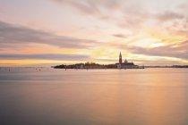 Переглянути на острів Сан-Джорджо-Маджоре увечері, Венеція, Італія — стокове фото