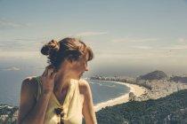 Brasilien, Frau blickt vom Zuckerhut auf die Copacabana des Rio de Janeiro — Stockfoto
