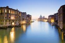 Itália, Veneza, vista da Ponte Accademia sobre o Grande Canal e a Basílica de Santa Maria della Salute em Dorsoduro — Fotografia de Stock