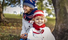 Портрет два блондин хлопчики носять модні в'язати носити восени — стокове фото