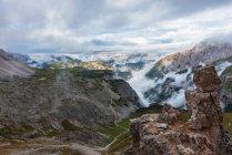 Italia, Alto Adige, Dolomiti, montagne rocciose tra le nuvole — Foto stock