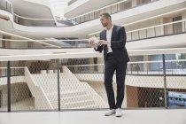 Uomo d'affari che utilizza tablet in edificio per uffici — Foto stock