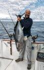 Pescatore che tiene appena catturato un tonno in Asturie, Spagna — Foto stock