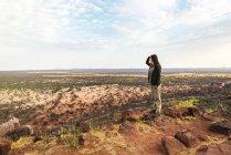 Намибия, женщина с видом на обширные равнины в африканской саванне — стоковое фото