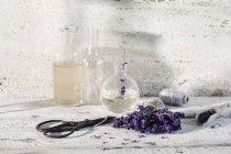 Garrafas de vidro de óleo de lavanda e água de lavanda — Fotografia de Stock