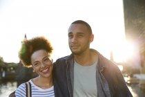 Glückliches junges Paar zu Fuß durch Fluss — Stockfoto