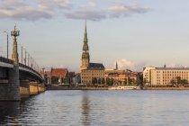 Lettland, Riga, Blick über die Daugava zur Peterskirche — Stockfoto