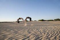 Couple de Acrobat effectuant sychronous backflips — Photo de stock