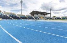 Leichtathletik-Stadion mit leeren Tribüne — Stockfoto