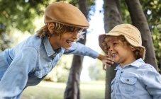 Porträt von zwei blonde Jungen lachen — Stockfoto