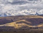 Болівія, Ла-Пас район, Альтіплано, промені світла між хмари на вершини хребта Кордильєра-Реаль — стокове фото