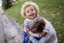 Осенью два брата-блондина играют вместе. — стоковое фото