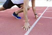 Молодой спортсмен в стартовой позиции — стоковое фото
