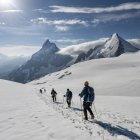Switzerlalnd, Mountaineers heading to Matterhorn and Dent d'Herens — Stock Photo