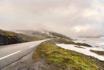 Країна дороги та хмари, Tufsindalen долина, Hedmark, Норвегія — стокове фото