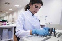 Laborant im Analyselabor bei der Herstellung von Paraffinschimmel — Stockfoto
