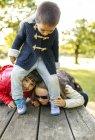 Bambino di età scolare che giocano con il ragazzo del bambino nel parco — Foto stock