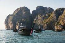Таиланд, Ко-Пхи-Пхи, длинный хвост лодки в дневное время — стоковое фото